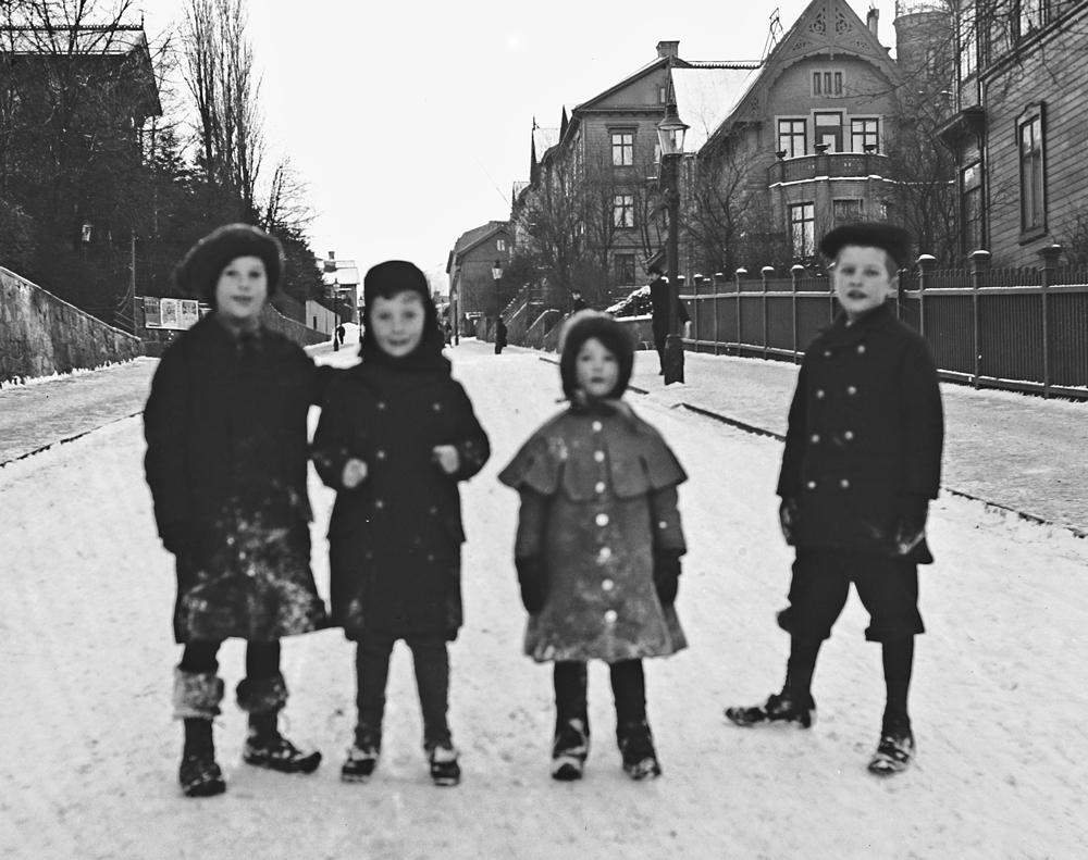Två av dessa barn på Viktoriagatan 1906, vars fader var med och startade Samskolan i Göteborg 1901.